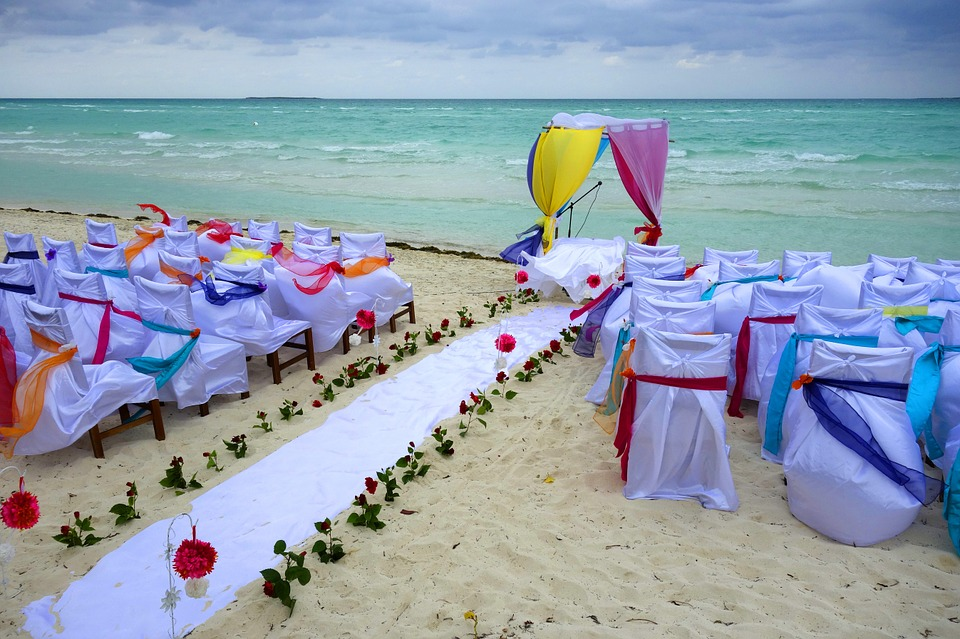 Find a beach wedding expert