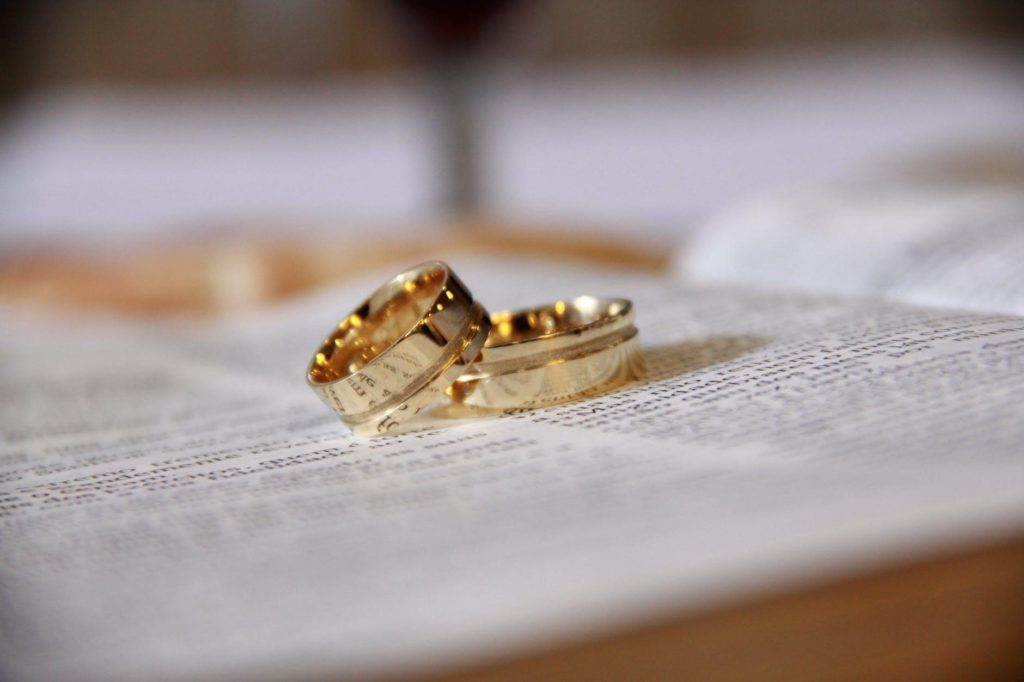 Wedding rings to join bilingual couples